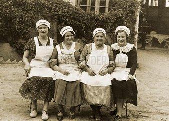 Dienstmaedchen  um 1929