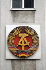 DDR-Staatswappen  Hausfassade  Berlin