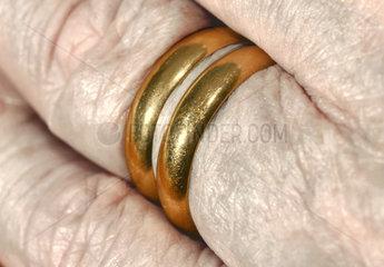zwei Eheringe am Finger  Witwer