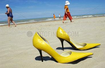 Stoeckelschuhe am Strand