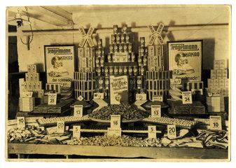 Sessigkeiten bei Tengelmann  fruehes Werbefoto  1925