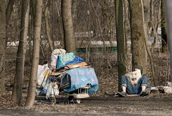 Obdachloser liest Zeitung