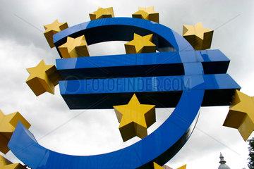 Kehrseite der Euro Zeichen vor dem EZB Bank