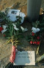 Blumen und Trauerbekundungen fuer Anna Lindt
