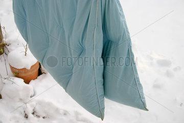 Bettwaesche lueften an ein trockener kalter Tag im Winter