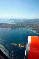 Italien/Sardinien. Blick aus eine easyJet ueber dem Mittelmeer.