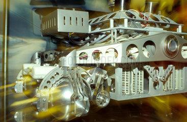 IAA 1999 in Frankfurt: BMW zeigt Versuchsroboter  die auf sich aendernde Strassenverhaeltnisse intelligent reagieren.