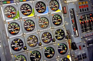 Das Cockpit einer Concorde der British Airways.