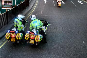 Weisst Du  wo es lang geht? Eine orientierungslose Motorradstaffel der Londoner Polizei bei einem Blaulichteinsatz.
