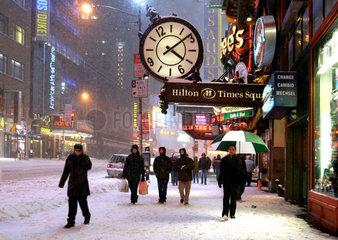 Winter in New York. Zwischen der 42nd Street und dem Broadway ueberrascht