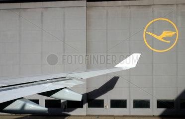 Am Flughafen Frankfurt Main rollt ein Airbus A 330-300 der Lufthansa auf die Startbahn fueer den Flug nach New York JFK
