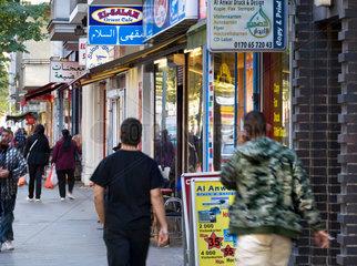 Araber in Neukoelln - Millieustudie von Jugendlichen Arabern in dem Berliner Stadtteil. Manche geraten in einen Strudel von Gewalt  Kriminalitaet und Drogen  der nicht selten zur Abschiebung fuehrt