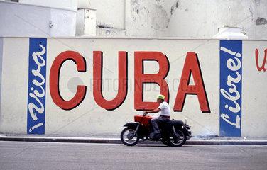 Oldtimer gehoeren in Havanna zum Alltag.