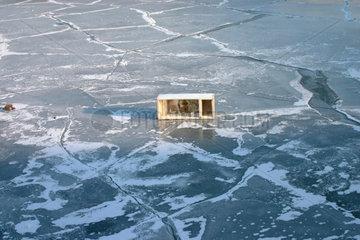Weggeworfen Kuehlschrank zwischen die Eisschollen auf dem Spree