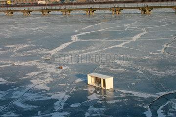Berlin - Weggeworfen Kuehlschrank auf dem Zugefroren Spree