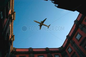 Neapel. Flugzeug ueber dem Museum von Capodimonte