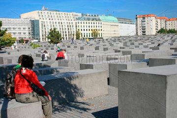Besucher zwischen die Stelen des Holocaust Mahnmal
