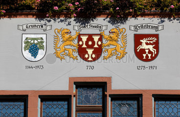 Historisches Rathaus von Staufen mit dem Stadtwappen.