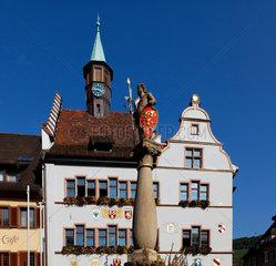 Historisches Rathaus und Brunnen von Staufen.