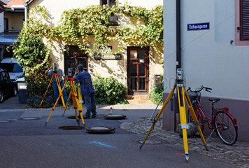 Vermessungsarbeiten in der Rathausgasse in der Altstadt von Staufen.