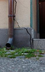 Riss an einer Hausfassade.