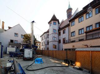 Derzeit (Oktober 2009) laufen hinter dem Rathaus Erkundungsbohrungen die Hinweise darauf liefern sollen  wie es zur Katastrophe kommen konnte. In der Bildmitte die Rueckansicht des stark betroffenen historischen Rathauses.