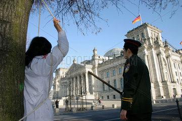 Berlin - Protestaktion von Mitglieder der Falun Gong