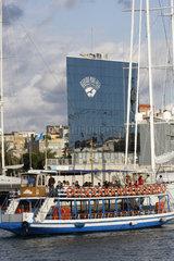 Ausflugboot im Hafen Barcelona