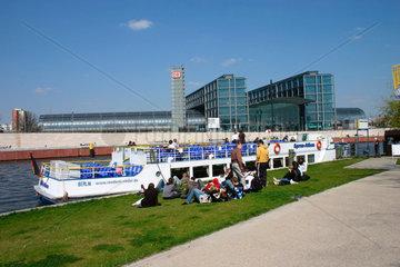 Berliner Hauptbahnhof aus dem Spreeufer