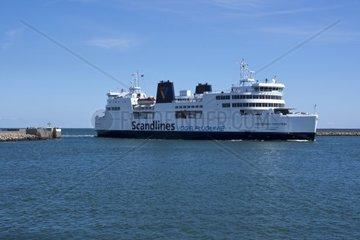 Faehrschiff im Faehrhafen von Puttgarden  Insel Fehmarn  Ostsee  Kreis Ostholstein  Schleswig-Holstein  Deutschland  Europa