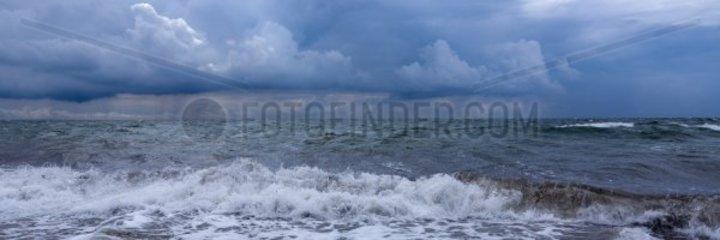 Unwetter an der Ostseekueste bei Wallnau  Insel Fehmarn  Kreis Ostholstein  Schleswig-Holstein  Deutschland  Europa