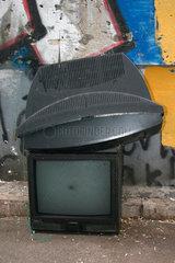 Weggeworfene Fernseher liegen auf die Strasse.
