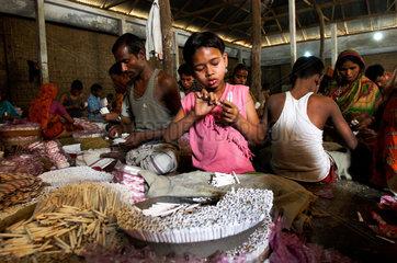 Children work at shredded tobacco factory