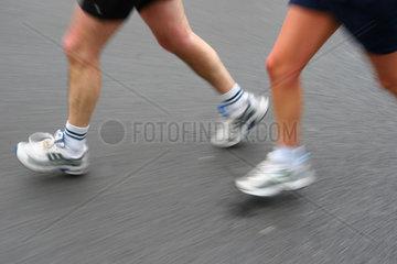 Beine von Marathonlaeufern