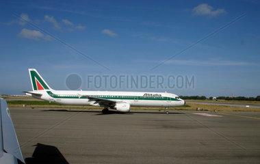 Alitalia Flugzeug auf dem Rollfeld