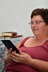 Frau liest im E-Book