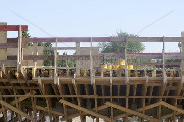 Holzgestell an Bruecke