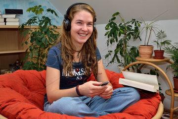 Teenager hoert Musik und freut sich