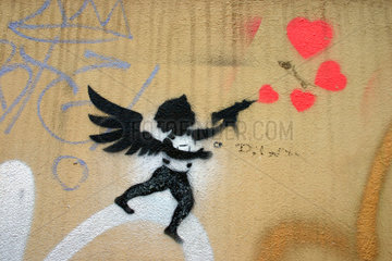 Herzen schiessender Engel
