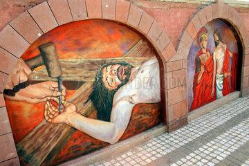 Kalvarienberg als Wandmalerei vor ein Friedhof in Tresnuraghes