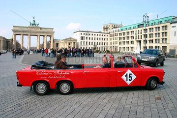 red stretch Trabi am Brandenburger Tor