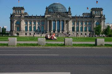 Sitzende Paar vor dem Reichstag