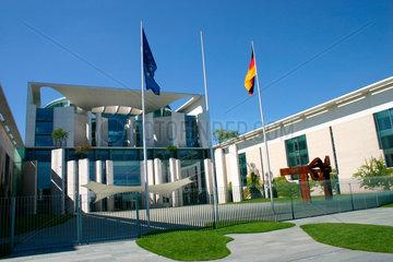 EU und Deutsche Flagge vor dem Kanzleramt