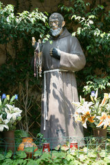 Padre Pio Strassenaltar in Neapel