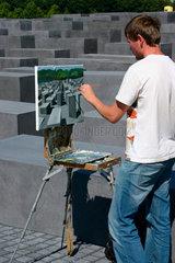 Berlin - ein Maler zwischen die Stelen des Holocaust Mahnmal