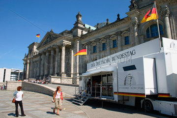 Berlin - Infostelle vor dem Reichstag