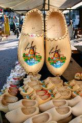 Amsterdam. wood clogs auf ein Flohmarkt