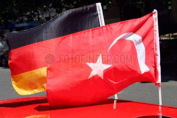 Deutsche und Tuerkische Fahne an eine Auto