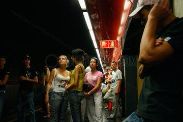 Fahrgaeste warten auf die U-Bahn