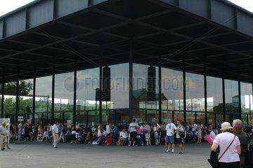 Schlange vor der Neuen Nationalgalerie in Berlin